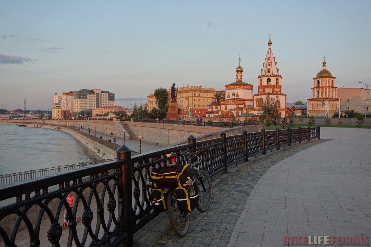 центр притяжения туристов напротив устья реки Иркут