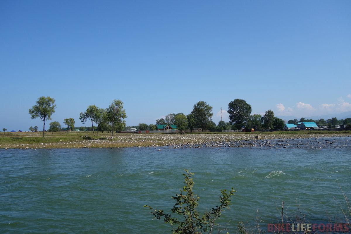 речной аллювий. Здесь это камни и булыжники