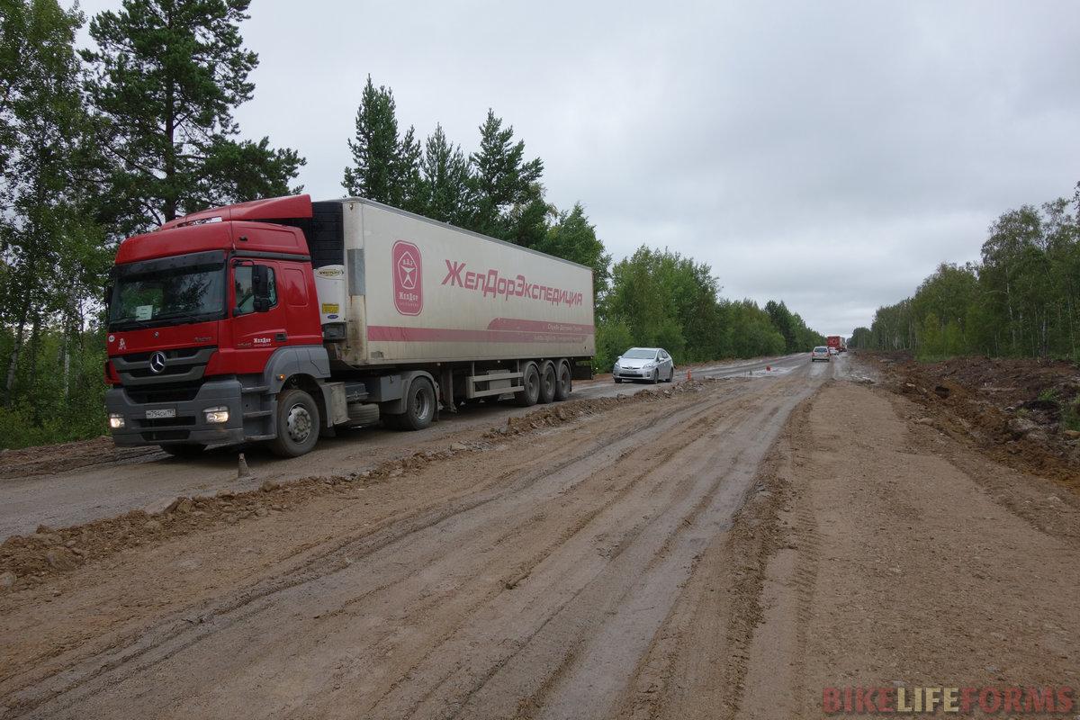 """один из участков ремонта трассы по-русски на несколько км. Моя """"восьмерка"""" на заднем колесе выдержала"""