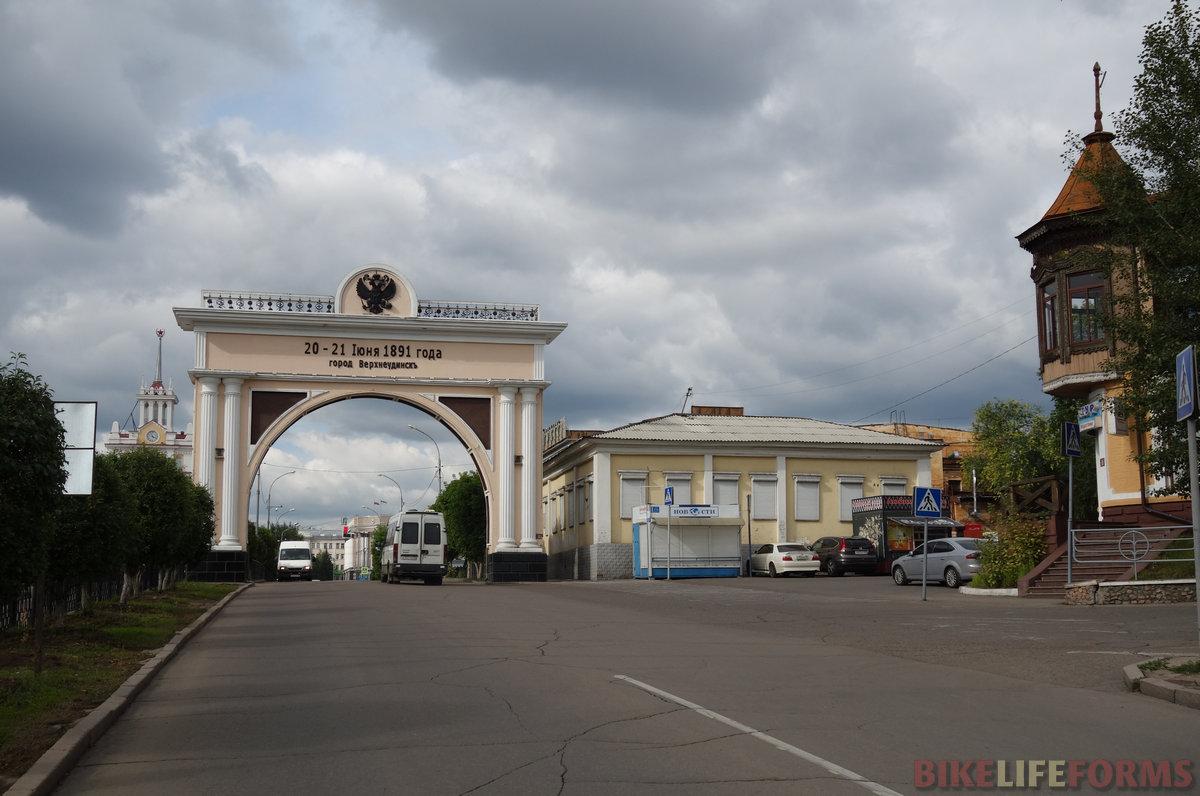 триумфальные арки строили к приезду царей. Эта больше оригинала