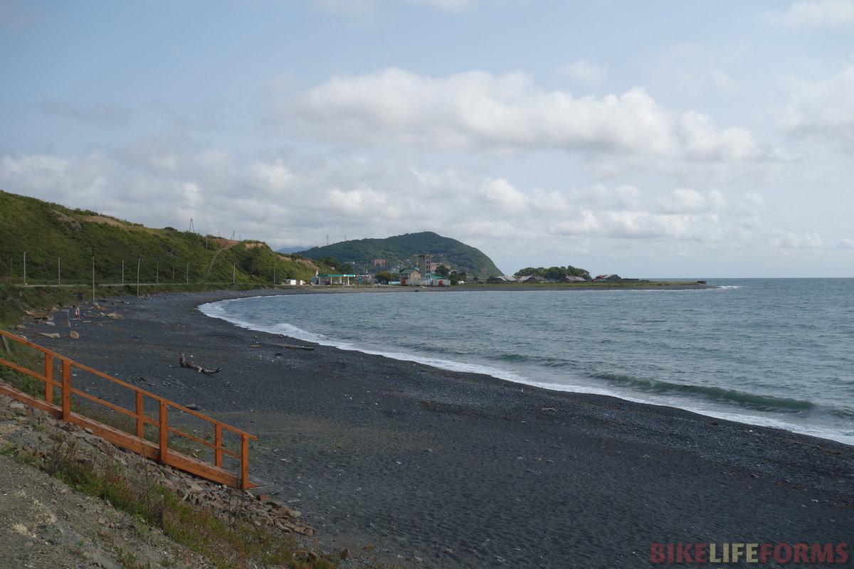 вулканический песок. Местами можно ехать у кромки воды