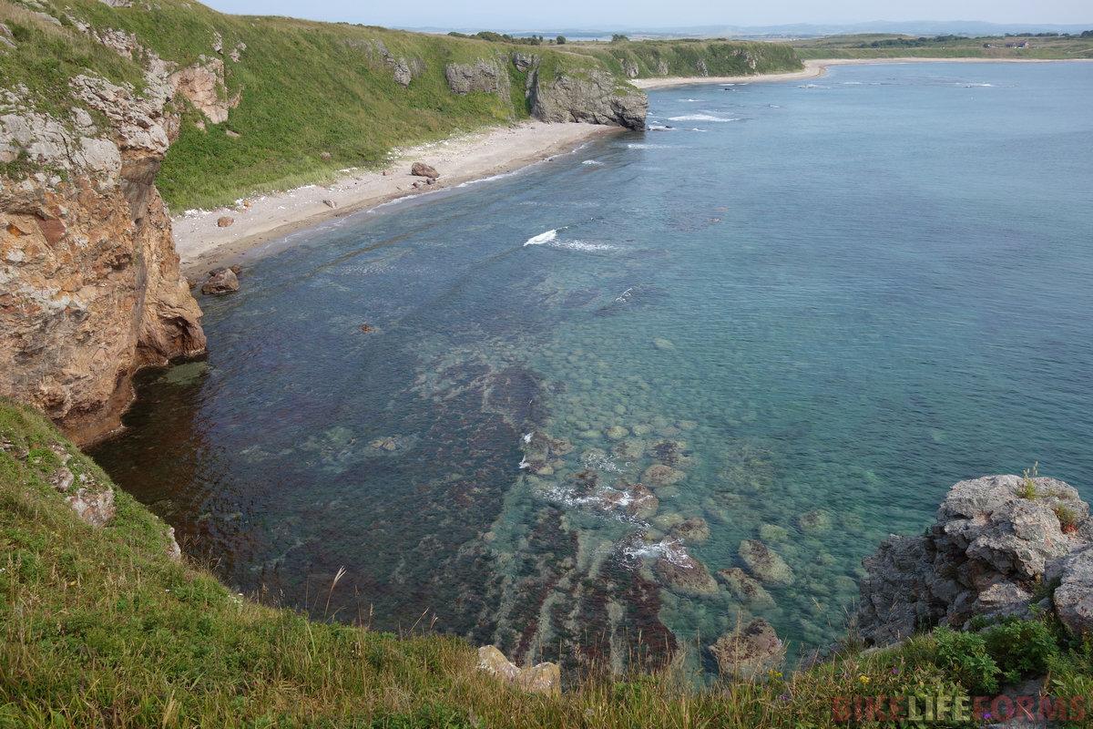 закрытый скалами пляж