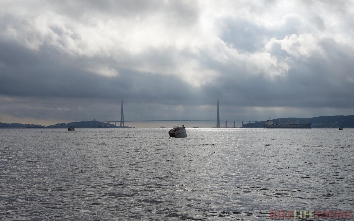 на подходе к Владивостоку, вдали - Русский мост