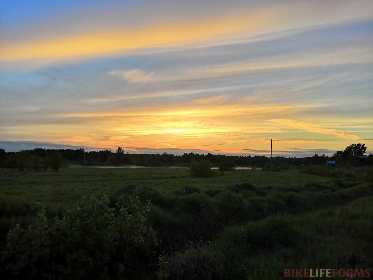 В полях зависает туман, майские краски неба особенно красивы в минуты заката.