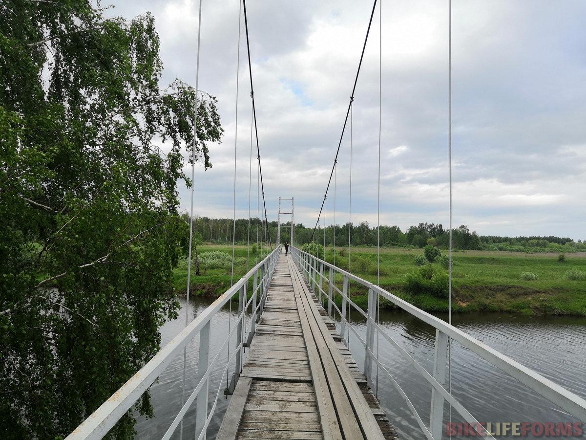 Подвесной мост через речку Шоша немного пошатывается на ветру.
