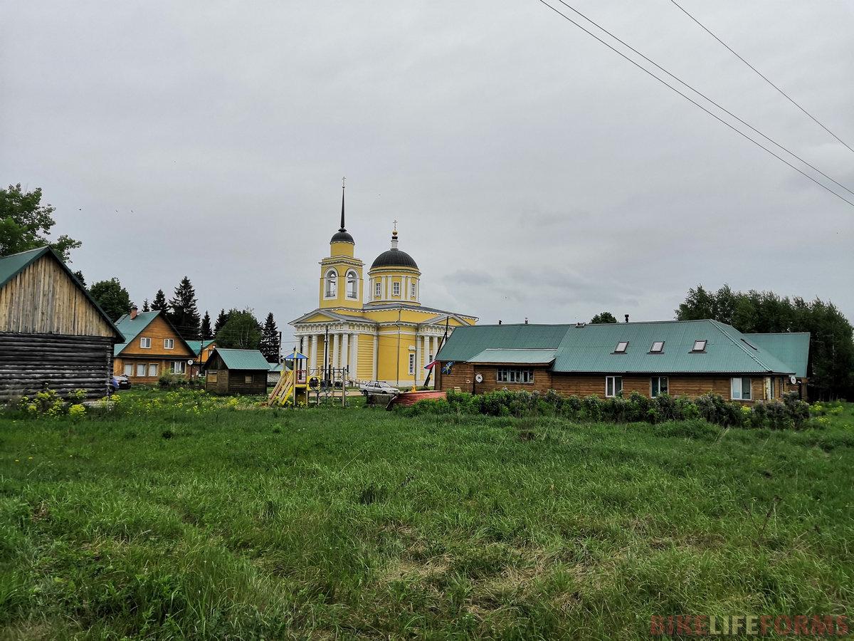 Храм отреставрирован, старый колодец погиб смертью храбрых, а на новом повешен замок. Таковы прелести современного российского православия.