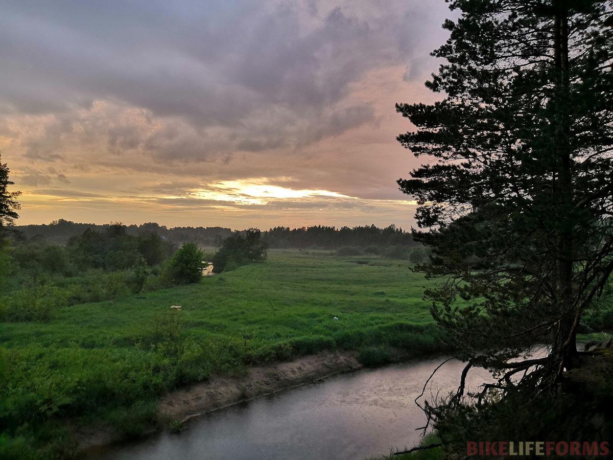 С неба капает, река течет. Круговорот воды в природе велик и прекрасен. Все в вечном движении.