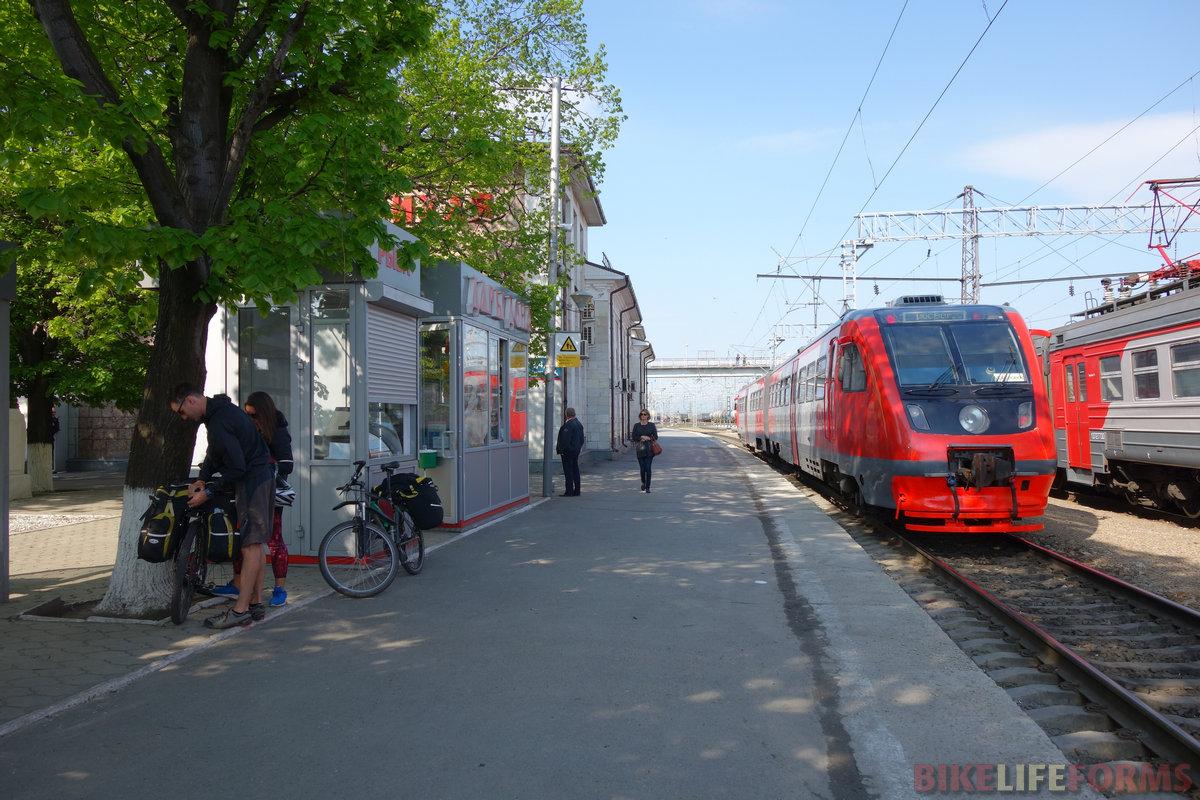 станция Лихая. Отпуск Ани закончился, сажаем на поезд в Москву
