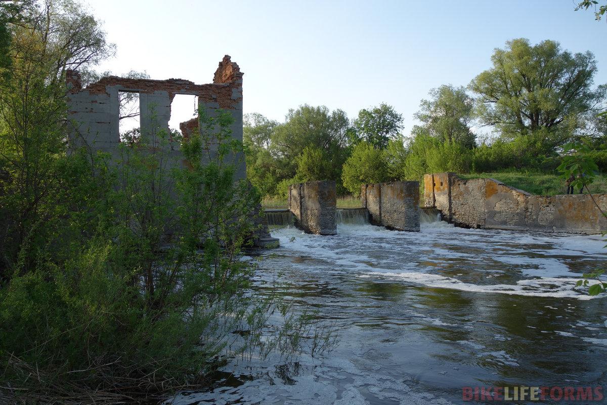 развалины малой ГЭС к югу от слободы Дёгтево