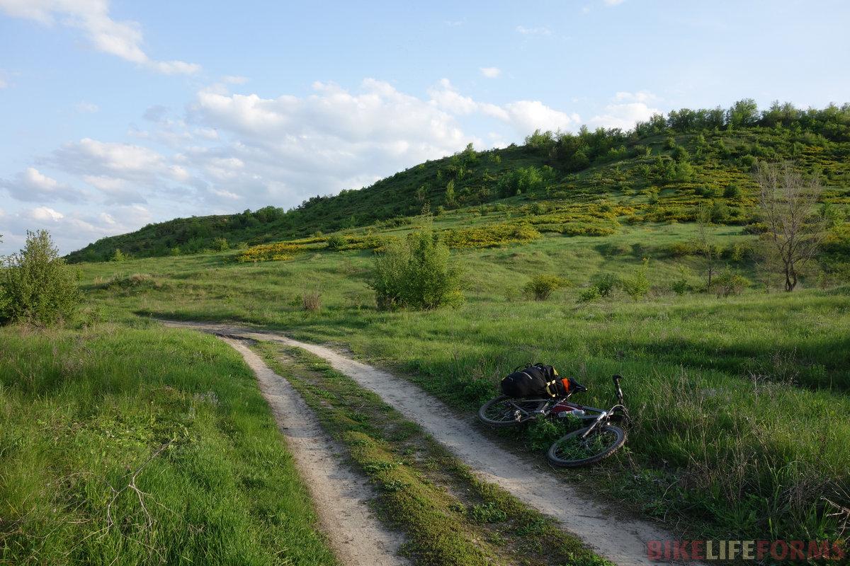 в сухую погоду между Дёгтево и Терновой лучше ехать, как мы - правым берегом Калитвы, иначе пешка по песку обеспечена