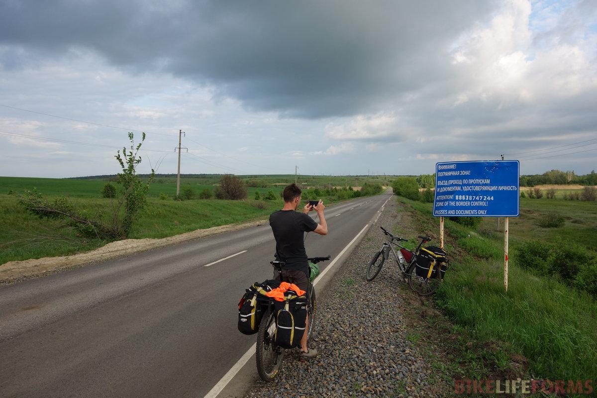 на самом деле табличка старая, здесь больше 5 км до границы