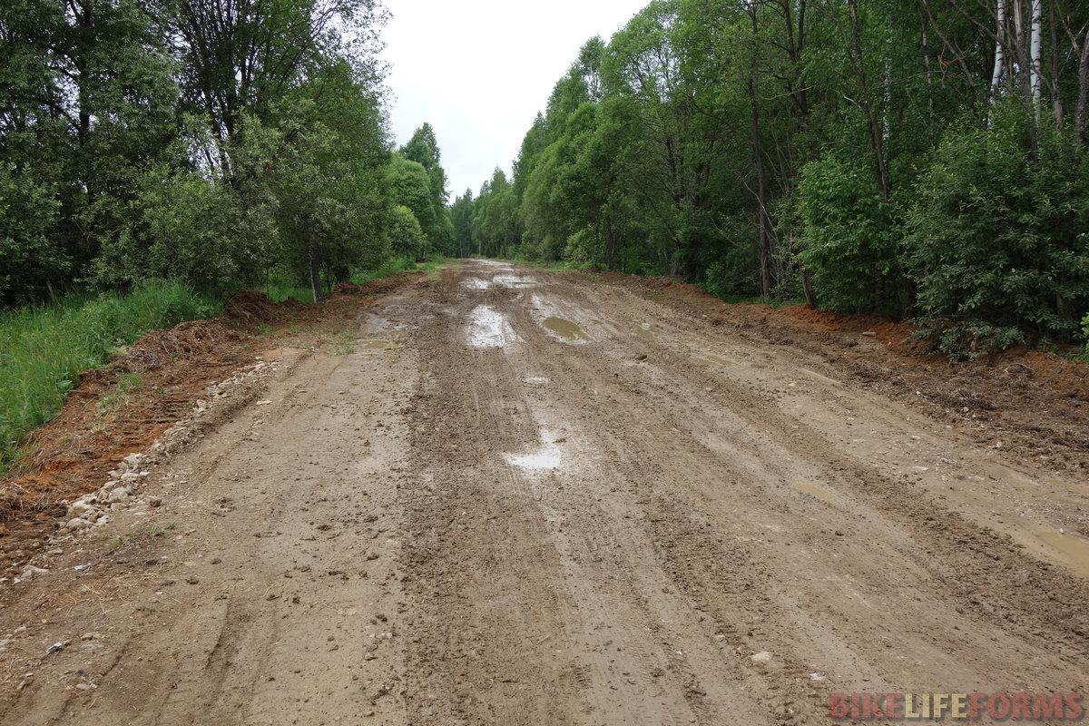 ...но вот и грязь. Дорога Савватеево-Петрищево меж областями. Ехал исключительно осторожно и почти не испачкался