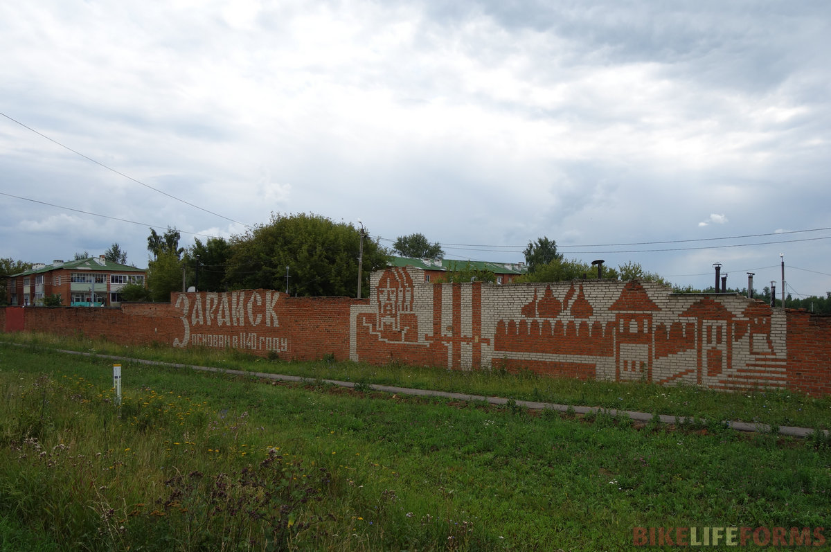 это всего лишь стена советских гаражей. Но со смыслом!