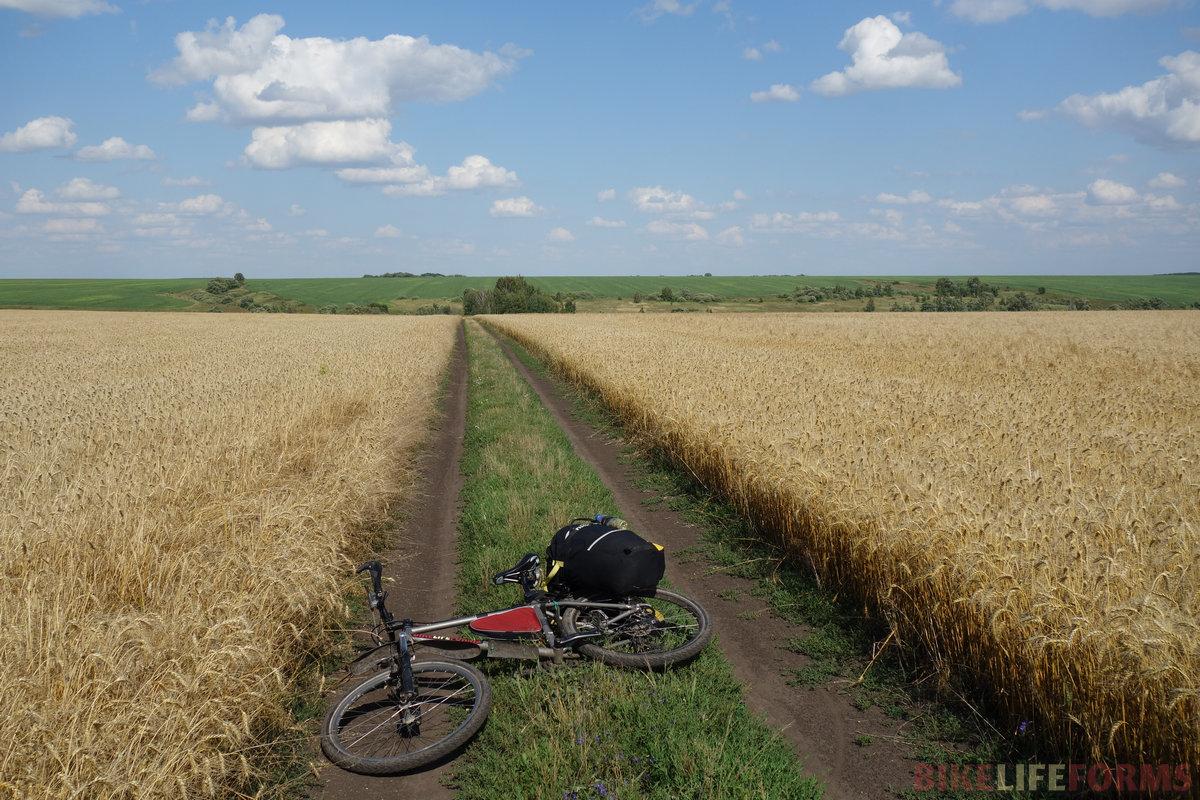 встречный ветер дул до вечера, но я расслабился, просто наслаждаясь полями, грунтовками и пустыми дорогами