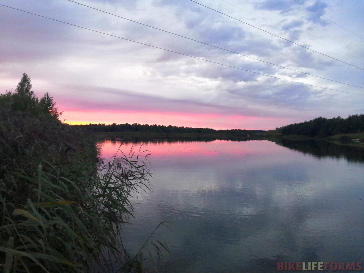 Дороги ведут через болота к озерам с прозрачной водой.