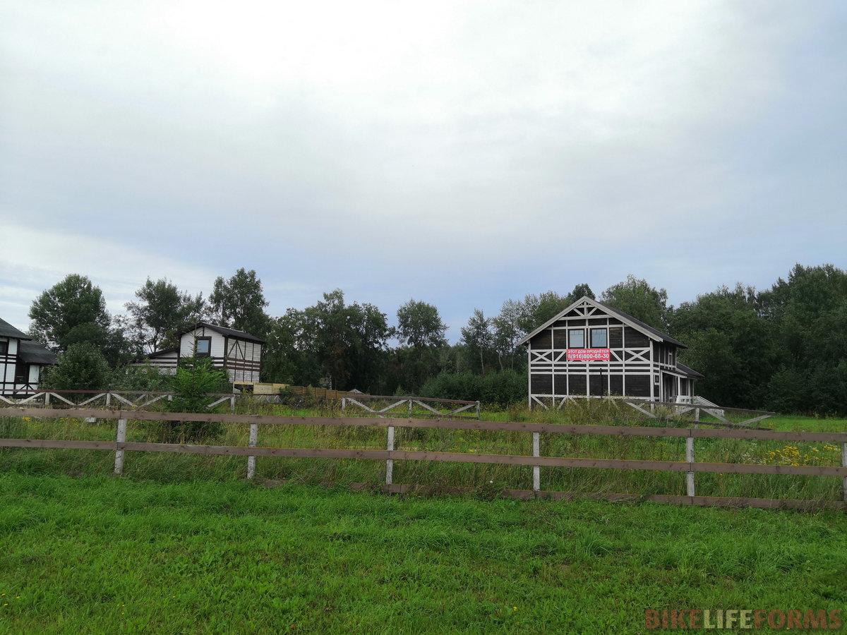 Проехали небольшой поселок, построенный в стилистике не то фахверка, не то ранчо. Вроде как даже мило и буржуазно, но только сами дома сделаны будто из картона и соломы.