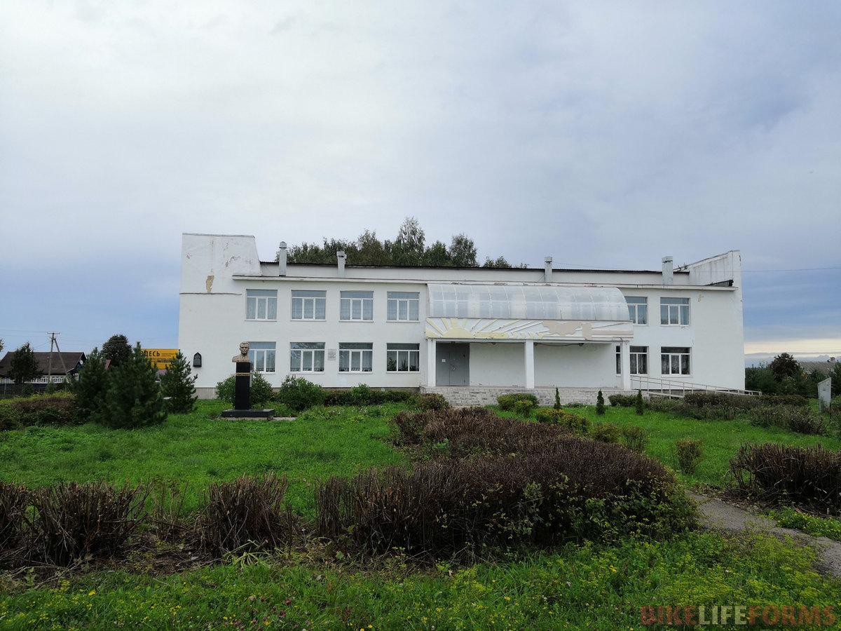 """А вот и малая родина Юры Гагарина - Клушино. Сейчас деревня потихонечку превращается в отдаленный дачный поселок. Во дворах за железными заборами стоят болотоходы, а в полупустом сельпо дачников ждет """"беленькая""""..."""