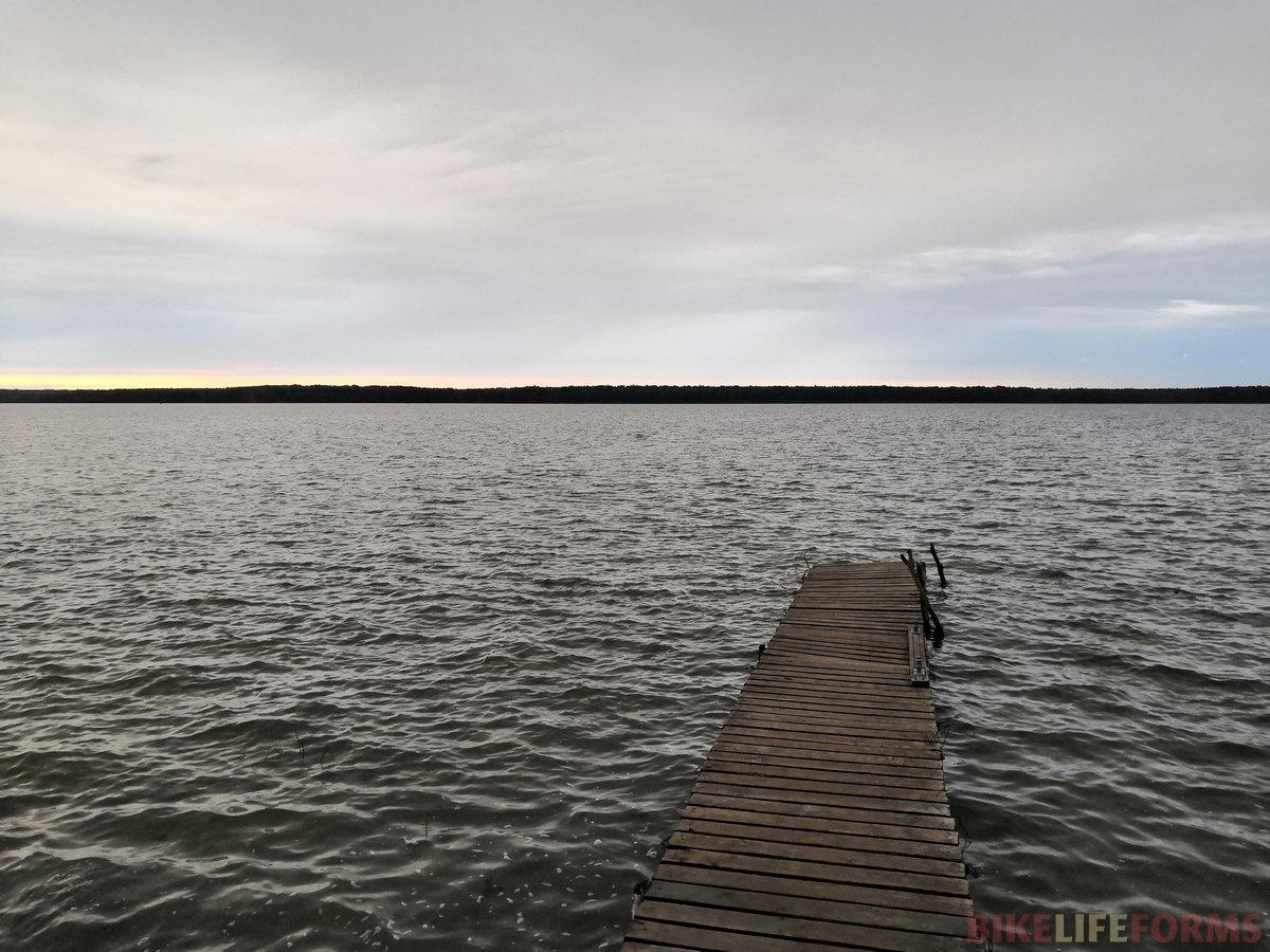 Вазузское водохранилище. В такую дождливую погоду его берега почти везде превратились в одно сплошное болото, а все сухие места заняли рыбаки.
