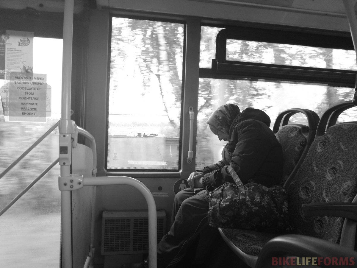 Сонный сельский автобус.