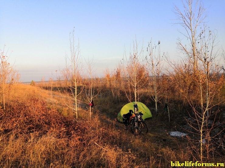 Спрятали палатку от сильного ветра в немецких блиндажах времен ВОВ над рекой Дон. Октябрь, Воронежская область.