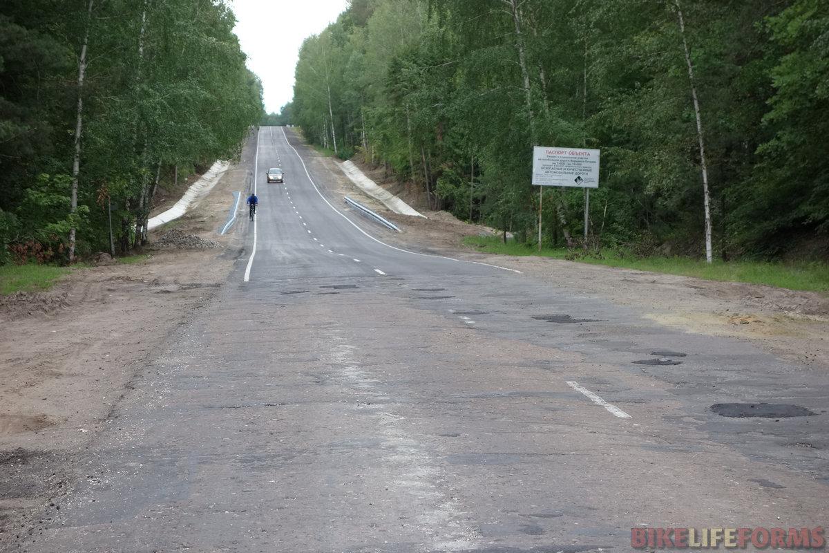 дорога Моршанск-Пичаево - то новый асфальт, то заплата на заплате. По обновленной части шоссе гоняют местные велолюбители