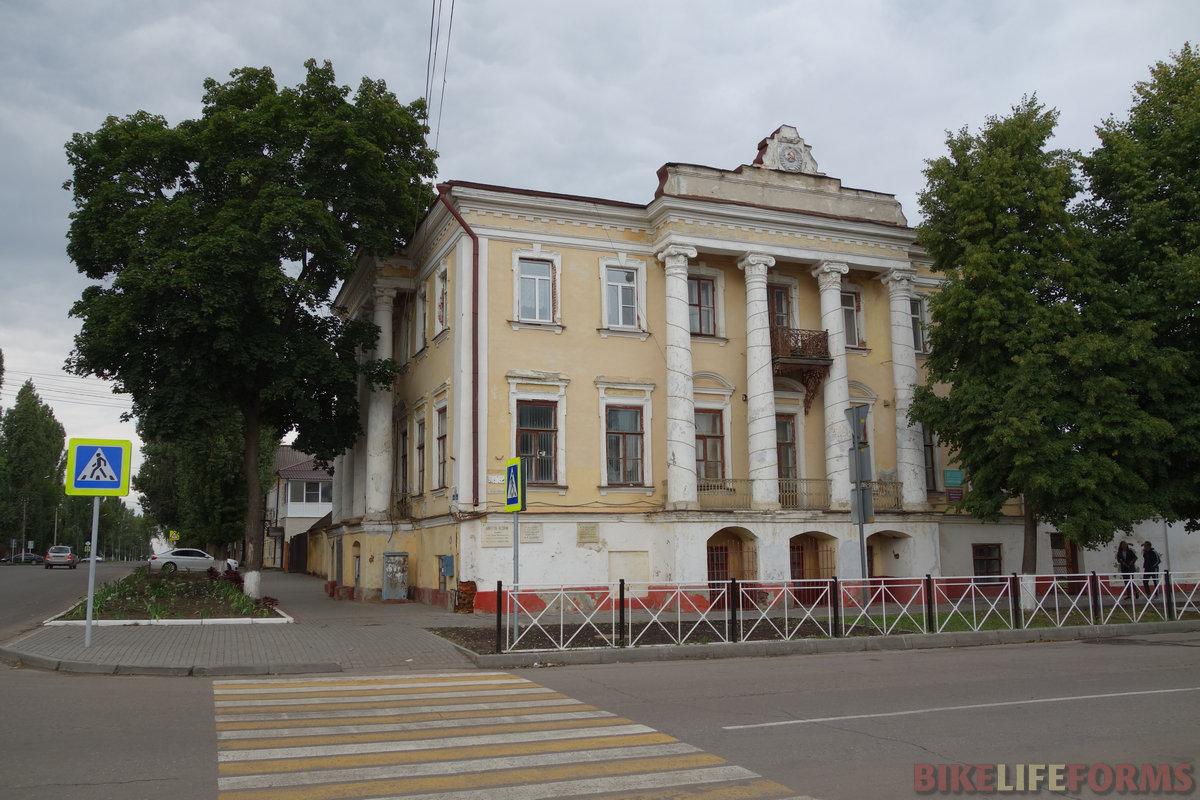 вон с того балкона когда-то выступал М.И. Калинин