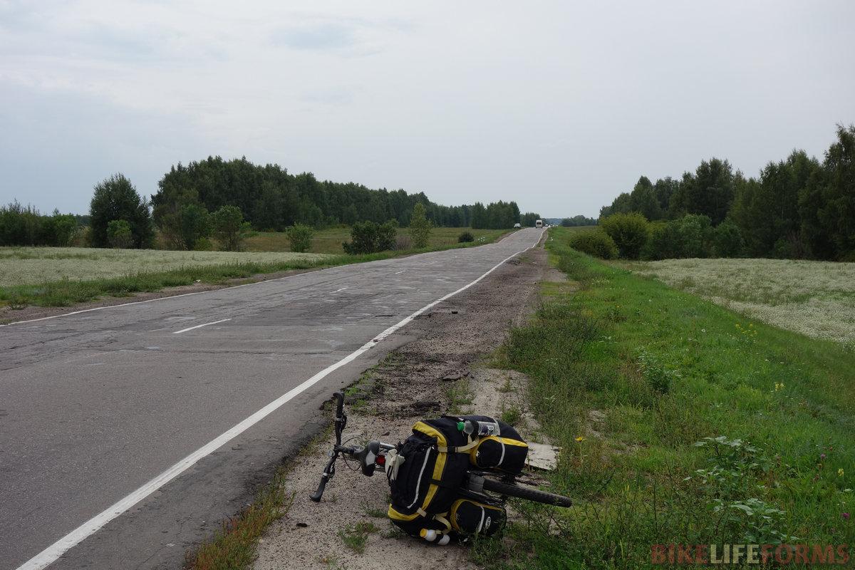 шоссе на Уварово скучное, но трафик терпимый. Вскоре спереди полезла основательная туча, и я, чуть сдав назад, забился в сосны