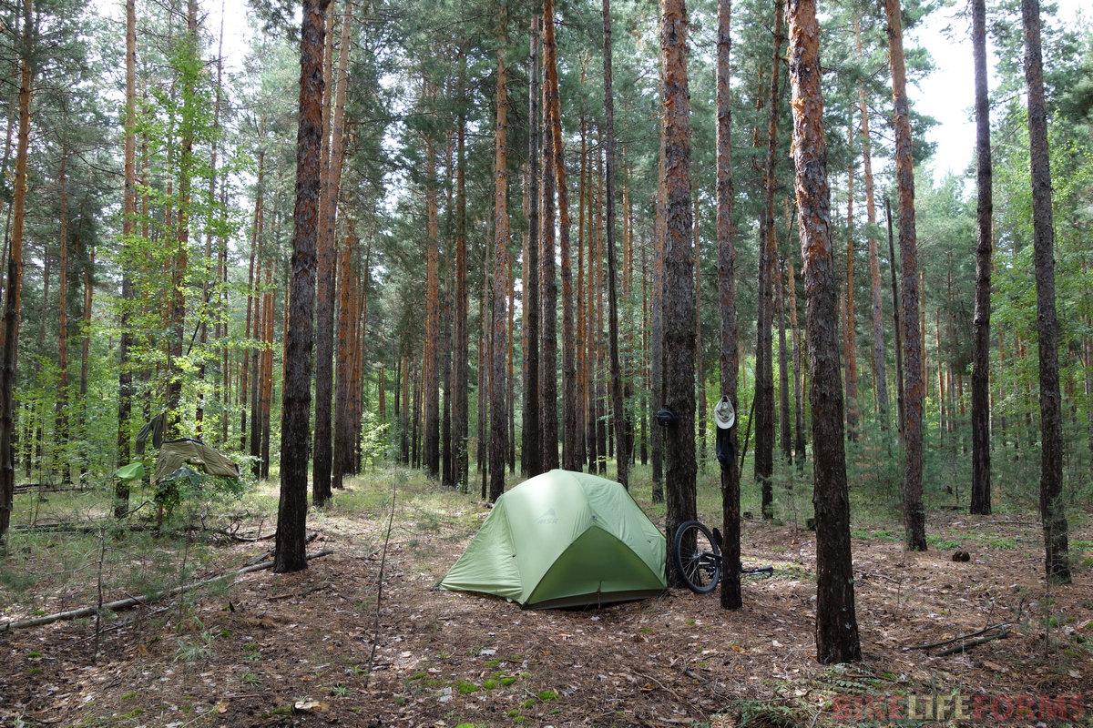 в 6 вечера, успев поставить палатку, я помылся голышом под ливнем! Похолодало, от меня шел пар, но я был рад, как дитя :) А на фото уже утро