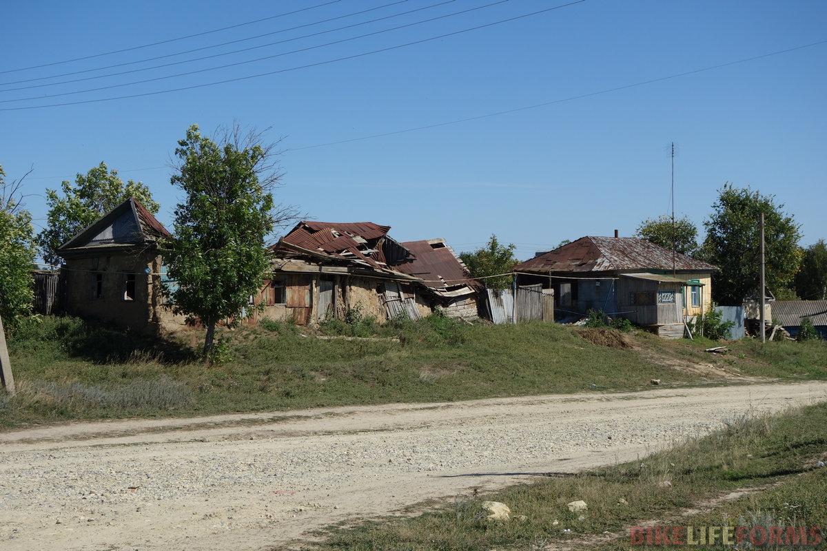 и это совсем не единичный случай... Немало домов пришло в такой вот упадок - то есть, в прямом смысле упали