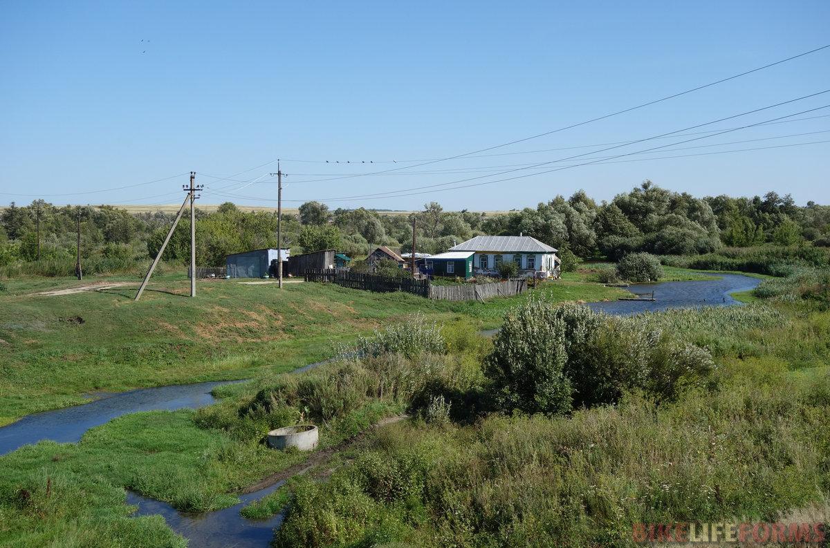 идиллический хутор у родникового ручья