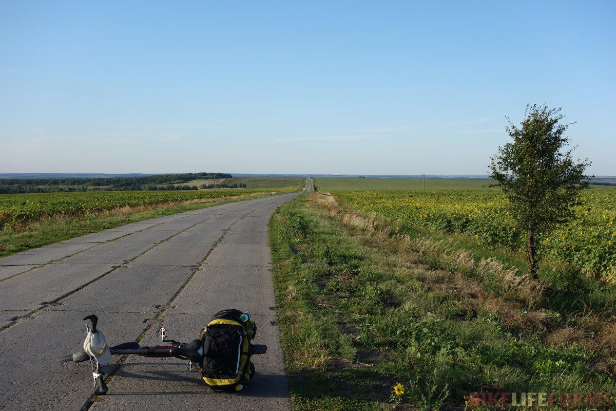 """эта дорога строилась явно для силовиков - вокруг полно всяких """"Тополей"""". Каково же было удивление увидеть здесь фуру """"Магнита""""!"""