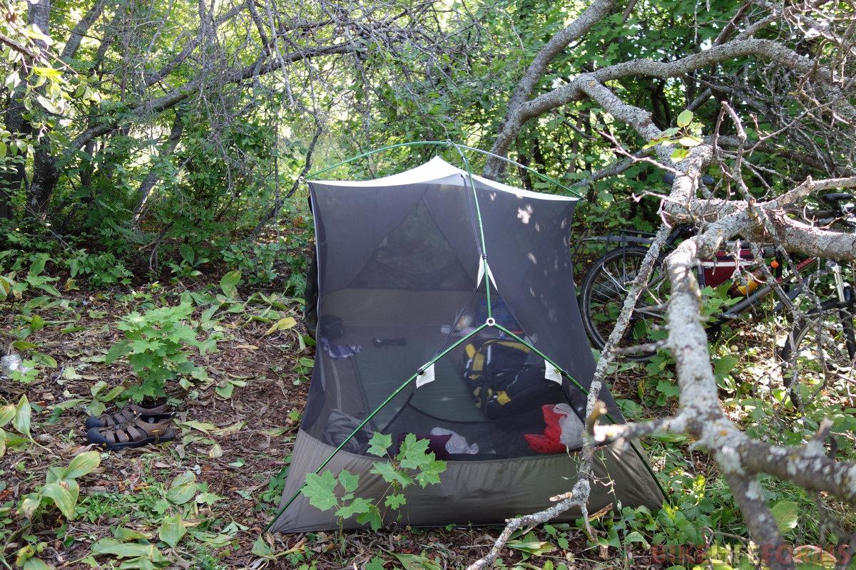 встать пришлось под ветвями кленов и яблонь, так как сосны я проскочил (шибко близко были к дороге)