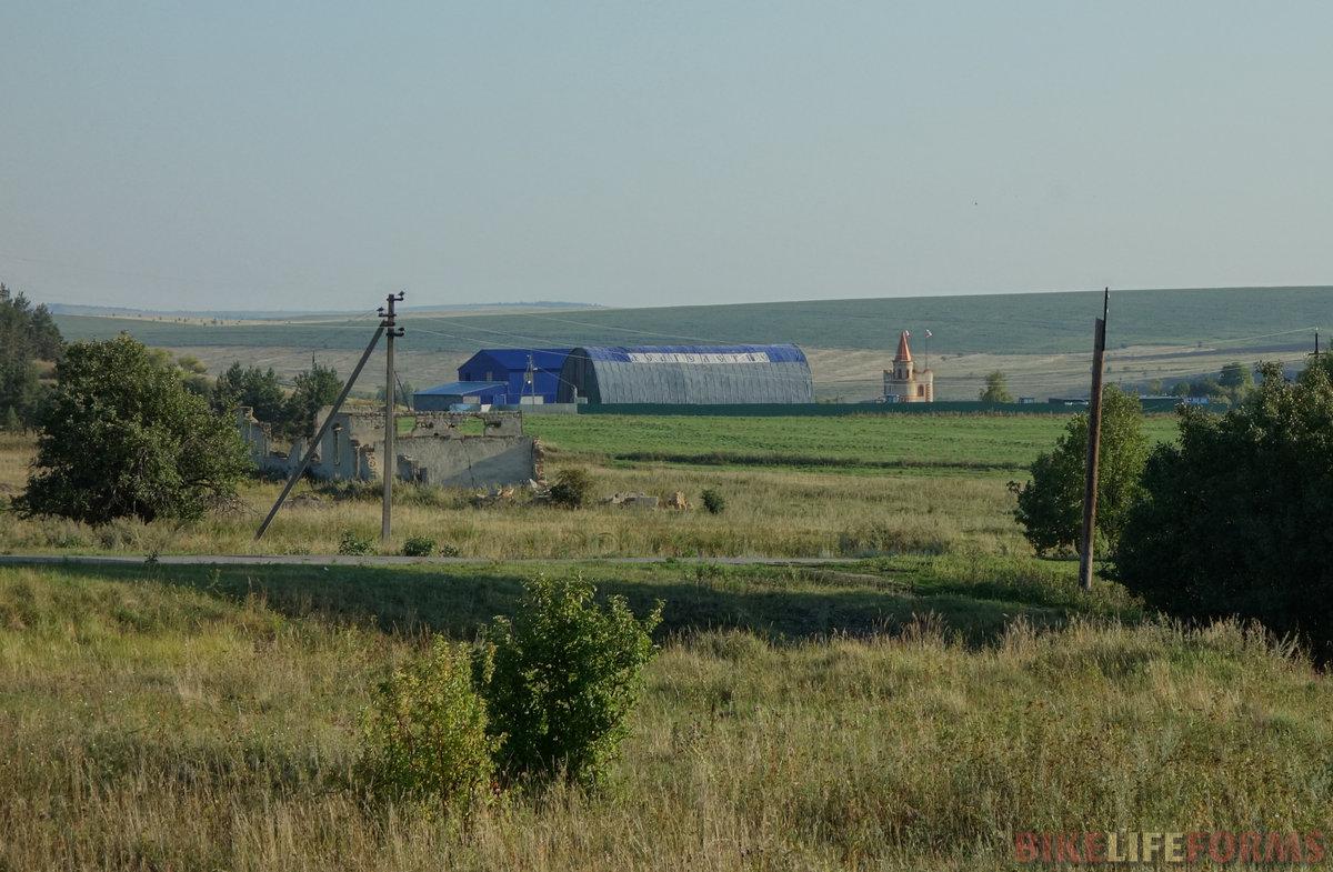 """надпись """"Долголетие"""". Похоже на фермерское хозяйство. А еще говорят, что в селе живет испанец и разводит коз"""