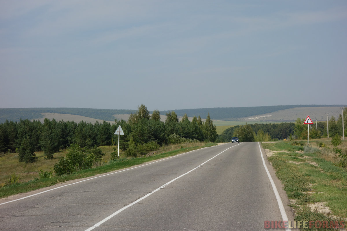 шоссе Тёпловка-Баз.Карабулак загружено средне, но нет плеча. Несмотря на виды, за 30 км оно мне надоело