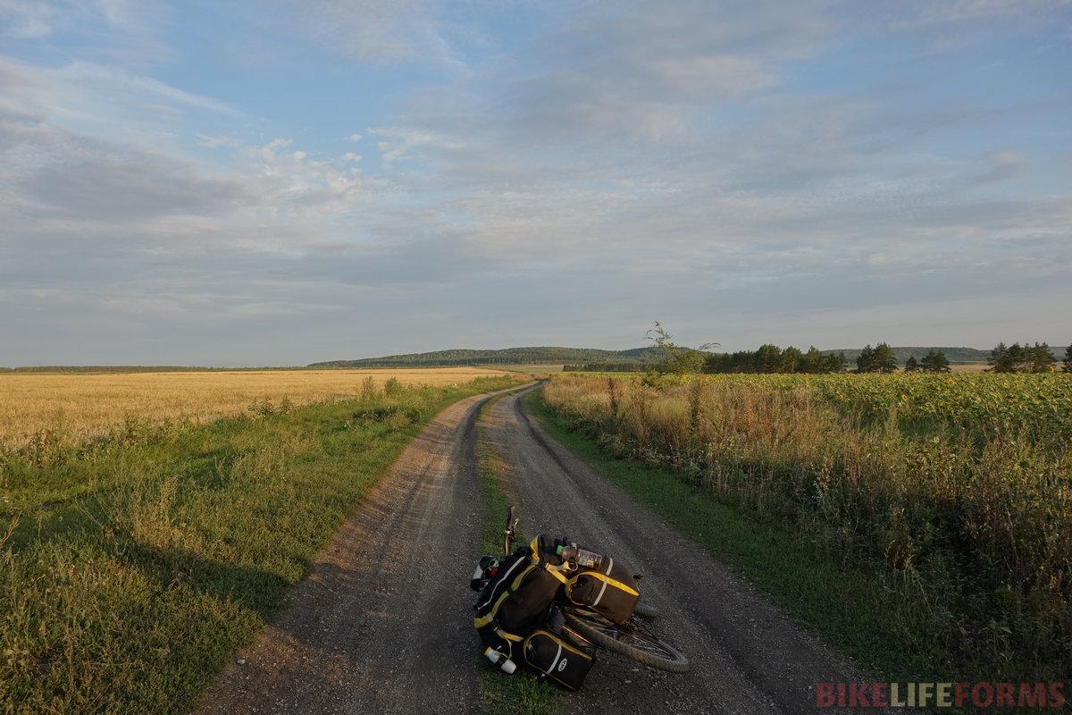 ...а потом плавный грунтовый спуск длиной более 10 км! ох как я там оторвался!..