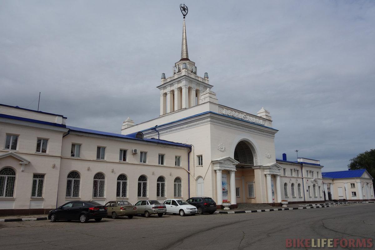 Ульяновск-Симбирск. Старый вокзал в тупике не используется с 1970-х. А у меня голова крýгом второй день подряд... :(