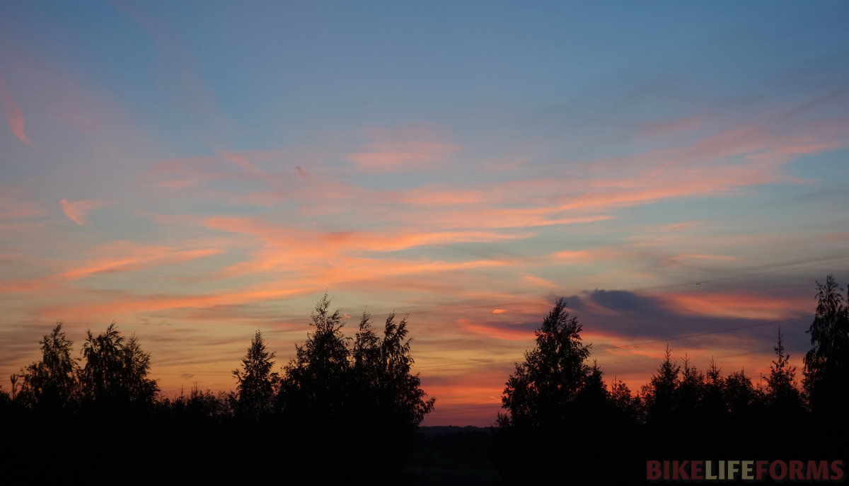 на закате небо заиграло множеством оттенков