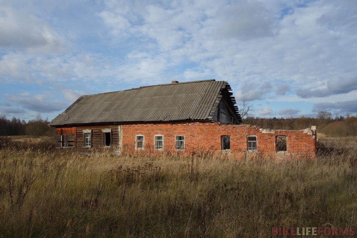 деревня Мокрые Дворы - одна из многих, уступивших городу людей
